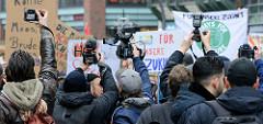 Fridays for Future - Demo in Hamburg - 01.03.2019.  Treffpunkt der DemonstrantInnen auf dem Gänsemarkt - Medinenleute / Journalsten drängen sich, um ein gute Foto / Filmaufnahmen  zu bekommen.