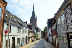 Wohnhäuser in der Marienstraße von Flensburg - Blick zum Kirchturm der St. Marienkirche.