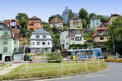 Wohnhäuser / Einzelhäuser am Hang in der Straße Ondříčkova von Karlsbad /  Karlovy Vary.