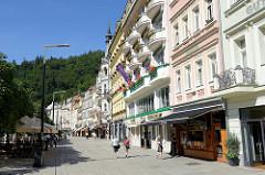 Promenade Stará Louka in Karlsbad /  Karlovy Vary; Etagenhäuser / Geschäftshäuser im Baustil des Historismus.