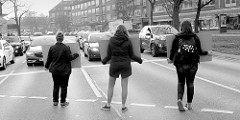 Ampelaktion Die Haut eines Anderen von PETA ZWEI Streeteam an der Kreuzung Mundsburger Damm in Hamburg Uhlenhorst. Mit Schildern weisen die DemonstrantInnen die Autofahrer*innen darauf hin, dass für Pelz, Daunen, Wolle und Leder Tiere leiden und st