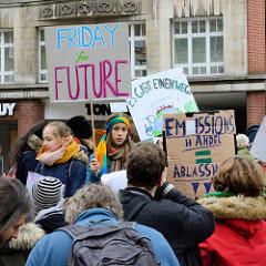 Fridays for Future - Demo in Hamburg - 01.03.2019. DemonstrantInnen versammeln sich mit Demoschildern auf dem Gänsemarkt.