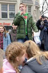 Schüler / Sprecher bei der Kundgebebung, Start der Demonstration auf dem Hachmannplatz am Hamburger Hauptbahnhof.  Fast 10 000 SchülerInnen protestieren am 15.03.2019 bei der Fridays for Future-Demonstration in Hamburg für mehr Klimaschutz