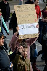 Handgeschriebenes Pappschild mit der Aufschrift:   Zeugnis Bundesrepublik Deutschland: Klimaschutz 6.Fast 10 000 SchülerInnen protestieren am 15.03.2019 bei der Fridays for Future-Demonstration in Hamburg für mehr Klimaschutz