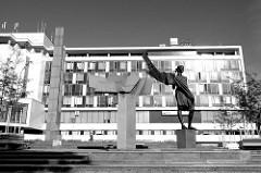 Tschechoslowakische-Sowjetisches Denkmal vor einem modernen Bankgebäude an der Kopeckého sady in Pilsen / Plzeň.