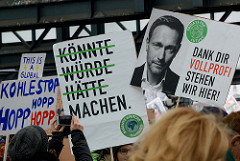 Schilder mit der Aufschrift DANK DIR VOLLPROFI STEHEN WIR HIER - Bild vom FDP-Lindner. Fast 10 000 SchülerInnen protestieren am 15.03.2019 bei der Fridays for Future-Demonstration in Hamburg für mehr Klimaschutz.