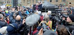 Fridays for Future - Demo in Hamburg - 01.03.2019; Abschlusskundgebung auf dem Hamburger Rathausmarkt.