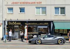 Der Josef-Wiedermann-Hof ist ein Gemeindebau in Wien, errichtet 1968 - Architekt Josef Horacek. Bäckerei / Kaffeehaus - Der Mann, der verwöhnt - seit 1860