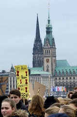 Fridays for Future - Demo in Hamburg - 01.03.2019 . Demonstrationszug auf der Lombardsbrücke - im Hintergrund der Rathausturm und der Kirchturm der St. Nikolaikirche.