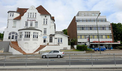 Alt + Neu - Mürwiker Straße in Flensburg; Jugendstilvilla als Pension Seewarte mit Gästezimmern und moderner Zweckbau der 1970er Jahre als Ärztehaus.