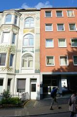 Wohnhäuser / Etagenhäuser im Südergraben von Flensburg - Jugendstilgebäude mit aufwändig bemalter floraler Stuckfassade neben einem schlichten Wohnhaus der 1960er Jahre.