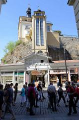 Touristen in der Fussgängerzone  Lázeňská - Blick auf den Schloßturm von Karlsbad /  Karlovy Vary; ursprünglich errichtet 1358 -  Umbau 1608 + 1766.