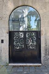 Eingangstür vom Haus Ast, später Haus Hochstätter beziehungsweise Mahler-Werfel-Villa in der Steinfeldgasse von Wien -  errichtet 1911 - Architekt Josef Hoffmann. Josef Hoffmann war  Begründer der Wiener Werkstätte und des Österreichischen Werkbunds.