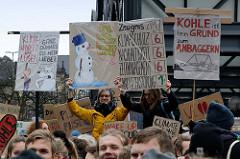 Handgemalte Schilder u. a. mit der Aufschrift: Kohle ist kein Grund zum Anbaggern. Fast 10 000 SchülerInnen protestieren am 15.03.2019 bei der Fridays for Future-Demonstration in Hamburg für mehr Klimaschutz