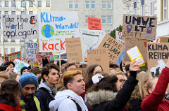 Fridays for Future - Demo in Hamburg - 01.03.2019 . DemonstrantInnen tragen Demoschilder mit den Forderungen / Slogans.