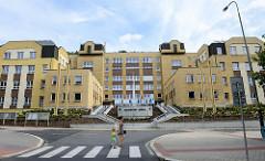 Kubische Architektur - symmetrisches Verwaltungsgebäude vom Magistrat der Stadt Karlsbad /  Karlovy Vary in  der Moskevská.