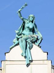 Allegorische Jugendstil - Bronzefigur, nackte Frau mit Blumenkranz und geflügeltem Rad - Dachgiebel in Pilsen / Plzeň.