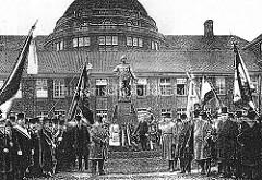 Einweihung des Wissmanndenkmals vor dem Vorlesungsgebäude / ehem. Kolonialinstituts in der Hansestadt Hamburg. Das Wissmann-Denkmal wurde auf Initiative der Hamburger Deutschen Kolonialgesellschaft  in Daresallam  errichtete.