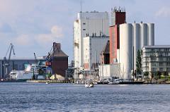 Speichergebäude und Silos im Flensburger Hafen - im Hintergrund Gebäude der Flensburger Werft.