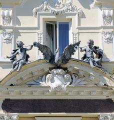 Fassade mit Trompeten-Putten und Schwan vom Grandhotel / Café Pupp in Karlsbad; neobarocker Prachtbau - Hotel mit 228 Zimmern, Architekten  Ferdinand Fellner und Hermann Helmer.