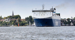 Das RoRo Schiff Finnpulp läuft auf der Trave aus dem Lübecker Hafen aus.