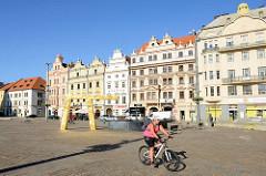 Moderner Springbrunnen auf dem Platz der Republik / náměstí Republiky in  Pilsen / Plzeň. Die vergoldete Wasserspeicher wurden vom Künstler Ondřej Císler entworfen.