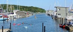 Ferienwohnungen auf dem Wasser in Lauterbach / Insel Rügen - sogen. Pfahlhaus-Suiten mit Anleger für Sportboote.