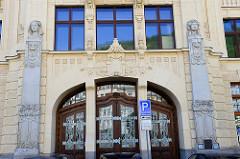 Eingang mit Jugendstilornamentik - Art Nouveau Gebäude der Stadtsparkasse - eröffnet 1906, Architekt Otto Stainl.