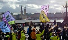 Demonstrationszug auf der Lombardsbrücke - im Hintergrund die Binnenalster und die Türme von Rathaus + Nikolaikirche.  Fast 10 000 SchülerInnen protestieren am 15.03.2019 bei der Fridays for Future-Demonstration in Hamburg für mehr Klimaschutz