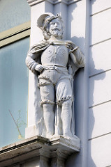 Skulptur / Fassadendekor - Wohnhaus / Geschäftshaus in der Großen Straße von Flensburg.