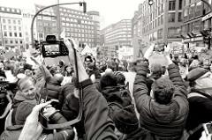 Fridays for Future - Demo in Hamburg - 01.03.2019.  Treffpunkt der DemonstrantInnen auf dem Gänsemarkt - Fotografen drängen sich, um ein gute Foto zu bekommen.
