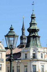 Historische Lampe / Laterne und Türme am Platz der Republik / náměstí Republiky in der denkmalgeschützten Altstadt von Pilsen / Plzeň.