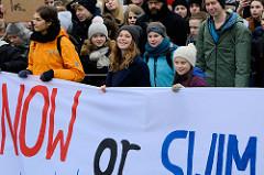Fridays for Future - Demo in Hamburg - 01.03.2019. Spitze des Demonstrationszuges auf der Lombardsbrücke