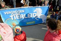 Protest gegen das Ponyreiten auf dem Hamburger DOM - Demonstration der Tierrechtsinitiative Hamburg gegen das Ponykarussell: Vergnügen ohne Tierleid.