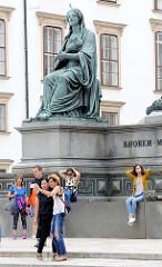 TouristInnen fotografieren sich vor dem Kaiser Franz Denkmal am Inneren Burgplatz in Wien. Das Denkmal wurde 1846 eingeweiht - Bildhauer  Pompeo Marchesi.