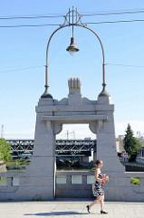 Art Deco Brückendekor mit Lampe - Brücke über den Fluss Radbuzo in   Pilsen / Plzeň.  Die Wilsonův most / Wilson Brücke wurde 1913 errichtet und hieß damals Franz Joseph Brücke - ab 1948 wurde sie Stalinbrücke genannt.