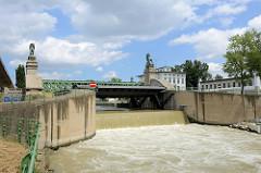 Wehranlage und Löwenbrücke / Schemerlbrücke; errichtet 1898. Die Brücke überspannt die Nussberger Wehr- und Schleusenanlage der Donau in Wien.