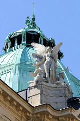 Kupferkuppel und Engelsskulptur des Jugendstilgebäudes der Stadtsparkasse von Karlsbad am Theaterplatz. Das Bankgebäude im Zentrum wurde 1906 eröffnet - Architekt Otto Stainl.