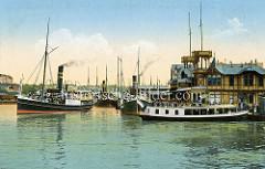 Kolorierte historische Ansicht vom Flensburger Hafen - dicht besetzte Ausflugsdampfer mit hohen Schornsteinen starten ihre Fahrt.