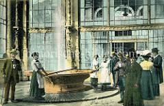 Quelle / Sprudel in Karlsbad - Weiße Colonnaden -  alte Fotografie mit Kurgästen und angestellten Frauen in weißen Schürzen, die das Heilwasser aus der Quelle schöpfen.
