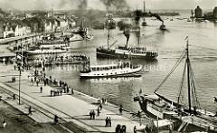 Historisches Motiv vom Flensburger Hafen - Fahrgastschiffe fahren mit qualmenden Schornsteinen auf der Förde.