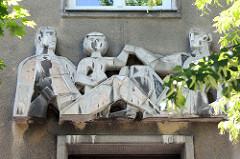Figürliches Relief / Eingangsschmuck Wohnhausanlage in der Heiligenstädter Straße 165 in Wien - Architekten Karl Hauschka und Gustav Schüssler.