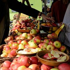 Wochenmarkt / Biomarkt mit Apfelstand auf dem Marie-Jonas-Platz in Hamburg Eppendorf.