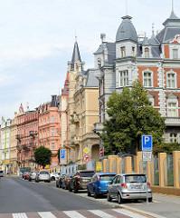 Restaurierte Wohngebäude im Baustil der Gründerzeit - teilweise mit Dachtürmen und Scheingiebeln -  in der Straße Moskevská von Karlsbad /  Karlovy Vary.