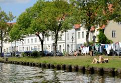 Wohnhäuser an der Trave in der Hansestadt Lübeck - Wäsche hangt zum Trocknen auf der Leine an der Trave.