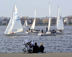 Segelregatta auf der Hamburger Aussenalster - ZuschauerInnen am Ufer.