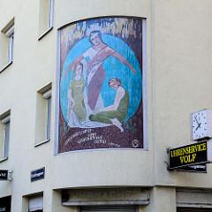 Eckhaus an der Zentagasse / Stolberggasse in Wien - Fassadenbild / Fassadenmosaik, drei Frauen - Inschrift Ich hege drei Schätze: Liebe, Genügsamkeit, Demut - Laotse.