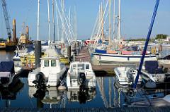 Motorboote / Segelboote in der Marina von Barhöft an der Ostsee.