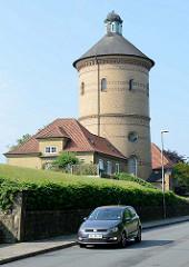 Blick zum Alten Wasserturm in der Mühlenstraße von Flensburg; der 59 m hohe Backsteinturm wurde 1902 errichtet - Entwurf Stadtbaurat Otto Fielitz. Der historische Wasserturm war bis 2011 in Betrieb und steht heute als Industriedenkmal unter Denkmalsc
