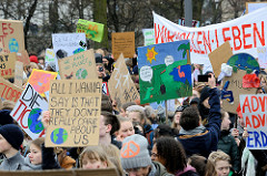 Fridays for Future - Demo in Hamburg - 01.03.2019 . Demonstrationszug auf der Lombardsbrücke - DemonstrantInnen tragen Demoschilder ihren Forderungen / Slogans.
